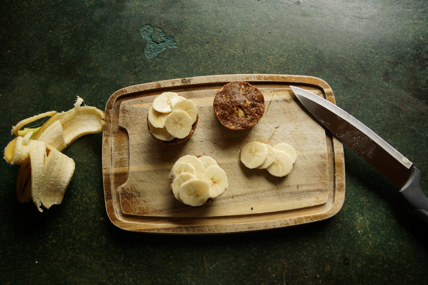 Raw vegan nut and fig cups with bananas | Rohkost, vegane Nuss und Feigen Küchlein mit Bananen