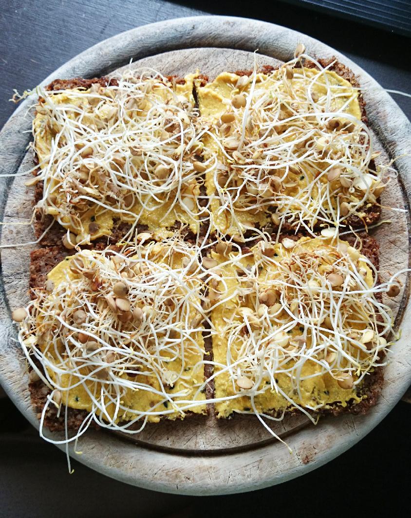 Schwarzbrot mit veganem Streich und Linsenkeimlingen   Black bread with vegan spread and sprouted lentils