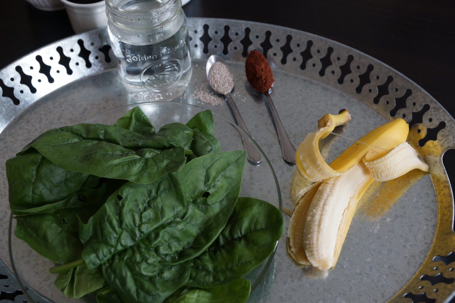 Need a healthy afternoon pick me up? Banana Spinach Cacao Smoothie